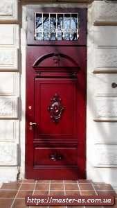 Дверь входная с деревянными дубовыми накладками.