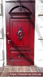 Дверь входная металлическая с накладками из массива дуба.