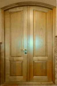 Двустворчатые арочные двери из дерева