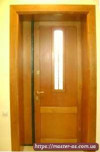 Входная деревянная дверь в частный дом из доски ольхи.