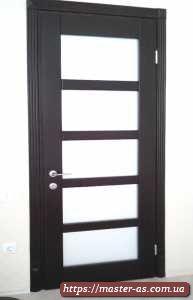 Межкомнатная деревянная дверь со стеклом