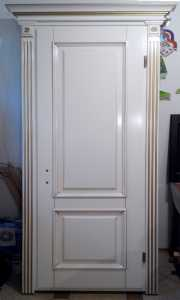 Белая межкомнатная дверь из натурального дерева (ясень), с декоративным наличником