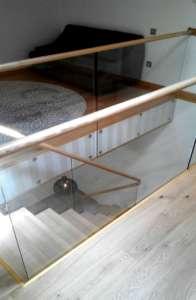 Маршевая деревянная лестница со стеклянным ограждением МЛ-4