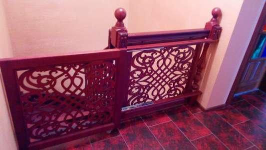 Перила деревянной межэтажной лестницы