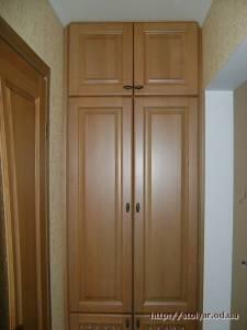 Встроенный шкаф из натурального дерева для прихожей