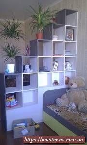 Деревянные полки в виде горки для детской спальни