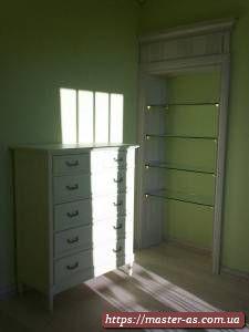 Тумба и встроенный шкаф из дерева для спальни