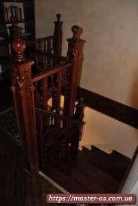 Деревянные лестницы на второй этаж.