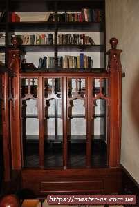 Деревянные ограждения лестниц для подъема в доме.