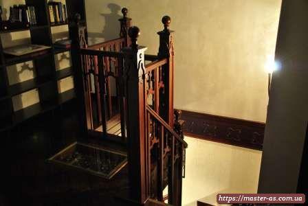 Фото ограждения лестницы с резьбой на стойках