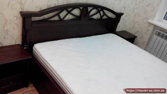 Спальня: кровать деревянная двуспальная