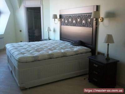 Двуспальная деревянная кровать с резьбой