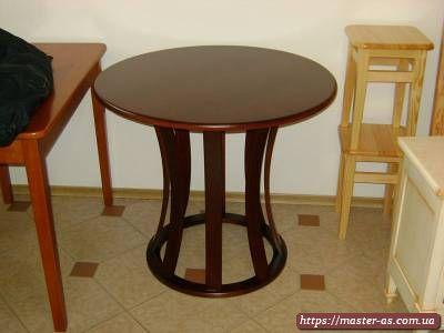 Круглый стол из дерева для гостиной комнаты