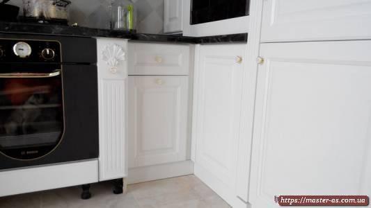 Угол рабочего стола кухонной мебели