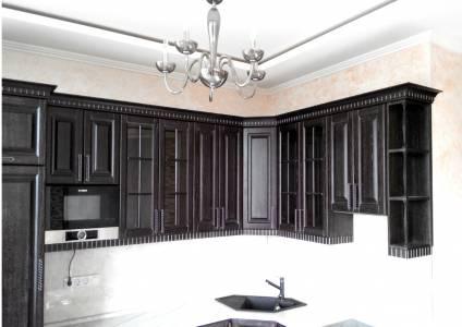 Верхние шкафы деревянной кухонной мебели