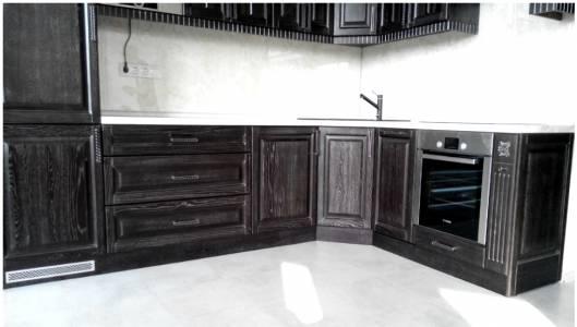 Кухонная мебель: рабочий стол и нижний ряд тумбочек